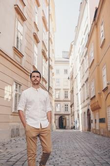 Jovem na velha cidade europeia tomar selfie