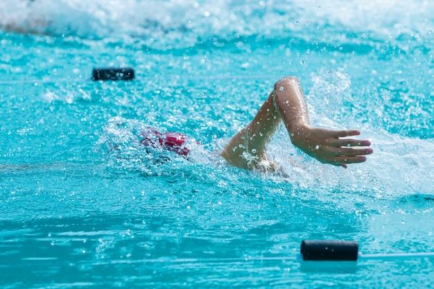 Jovem, nadador, fazendo, curso freestyle, nade, colo, em, um, local, piscina