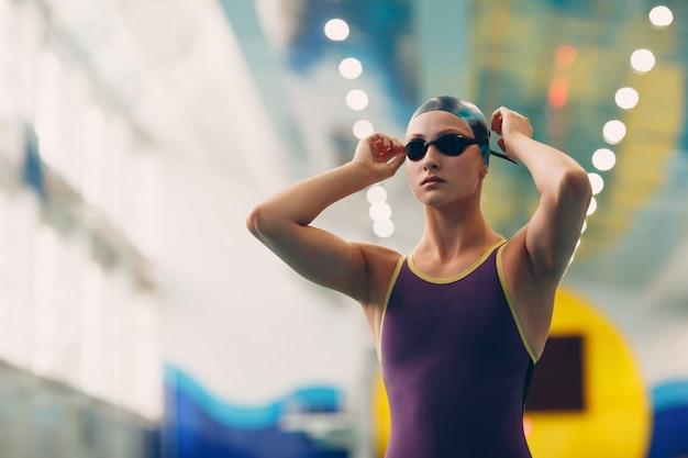 Jovem nadador se preparando para a competição e nadar na piscina