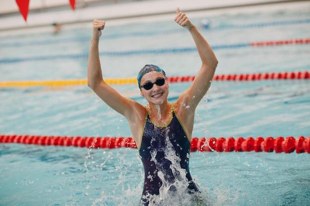 Jovem nadadora retrato alegria se regozija com a vitória em competições de natação na piscina