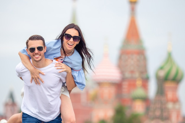 Jovem namoro casal apaixonado andando na cidade