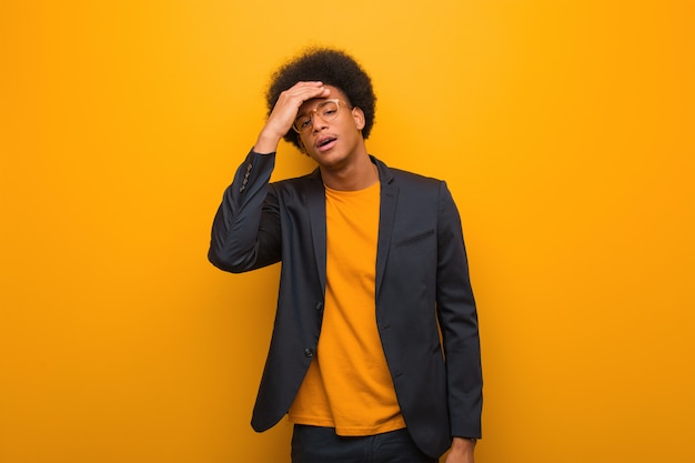 Jovem, negócio, homem americano africano, sobre, um, laranja, parede, cansado, e, muito, sonolento