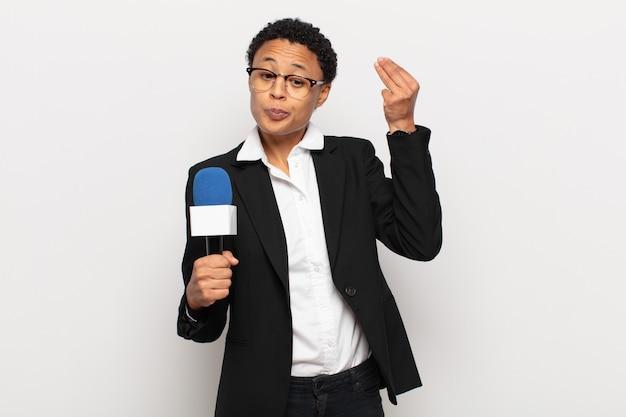 Jovem negra afro fazendo capice ou gesto de dinheiro, mandando você pagar suas dívidas!