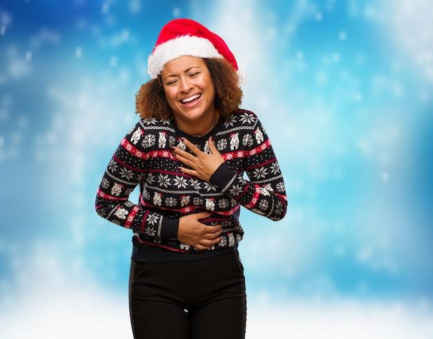 Jovem negra em uma camisola de natal na moda com impressão rindo e se divertindo