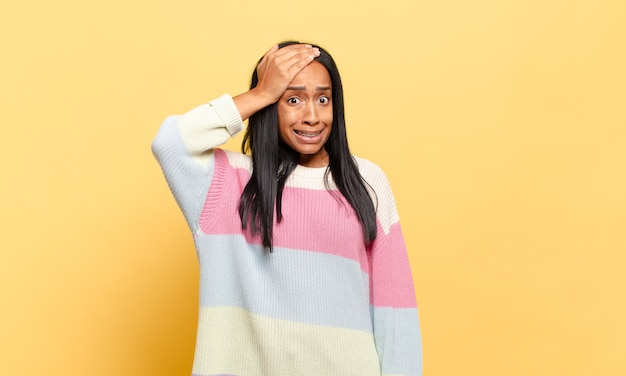 Jovem negra entrando em pânico com um prazo esquecido, sentindo-se estressada, tendo que cobrir uma bagunça ou erro