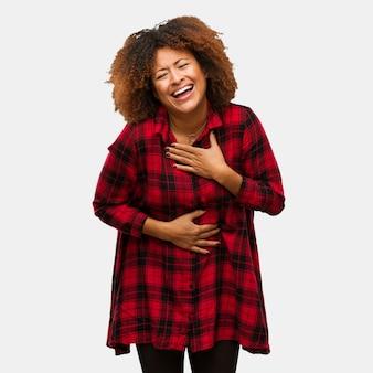 Jovem negra mulher afro rindo e se divertindo