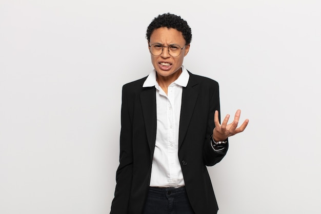 Jovem negra negra parecendo zangada