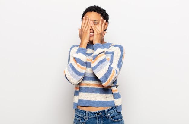 Jovem negra negra sentindo-se estressada, preocupada, ansiosa ou assustada, com as mãos na cabeça, entrando em pânico com o erro