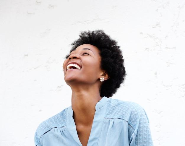 Jovem negra olhando para longe e rindo