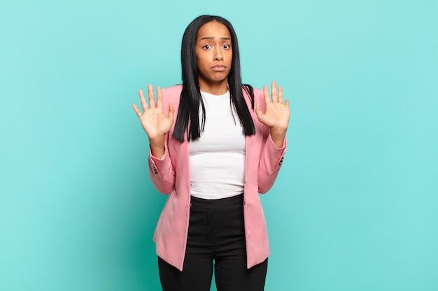 Jovem negra parecendo nervosa, ansiosa e preocupada