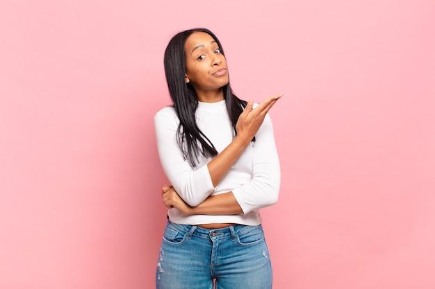 Jovem negra se sentindo confusa e sem noção, imaginando uma explicação ou pensamento duvidoso