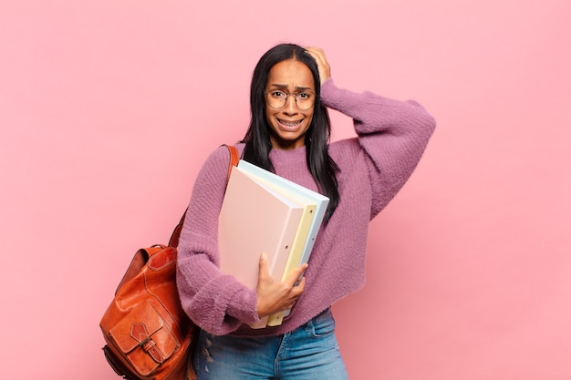 Jovem negra se sentindo estressada, preocupada, ansiosa ou assustada, com as mãos na cabeça, entrando em pânico por engano. conceito de estudante