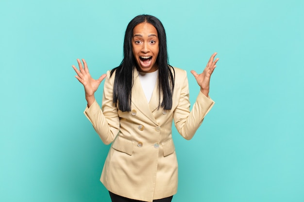 Jovem negra se sentindo feliz, atônita, sortuda e surpresa, gosta de dizer omg sério? inacreditável. conceito de negócios