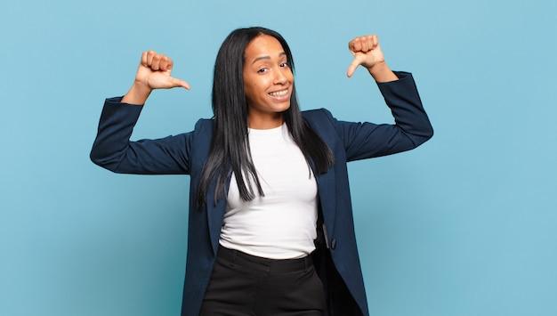 Jovem negra se sentindo orgulhosa, arrogante e confiante