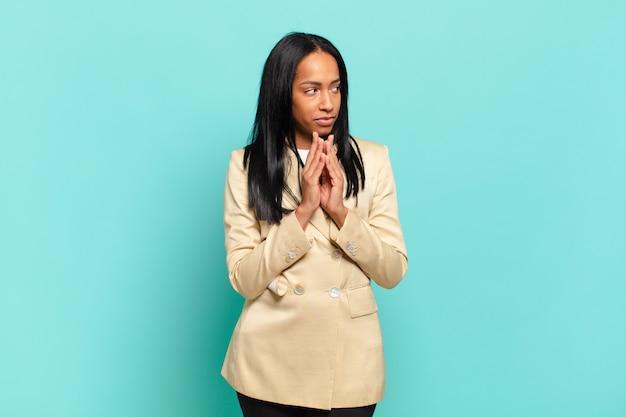 Jovem negra se sentindo orgulhosa, travessa e arrogante enquanto trama um plano maligno ou pensa em um truque.
