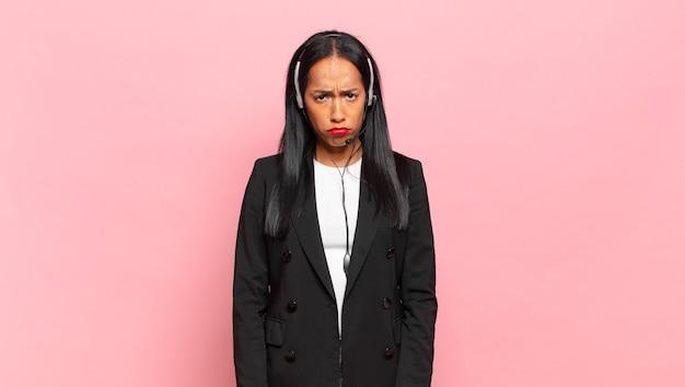 Jovem negra se sentindo triste e chorona com um olhar infeliz, chorando com uma atitude negativa e frustrada. conceito de telemarketing