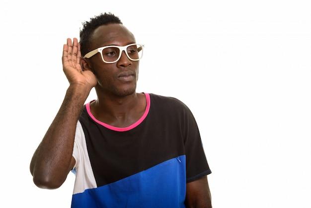 Jovem negro africano ouvindo