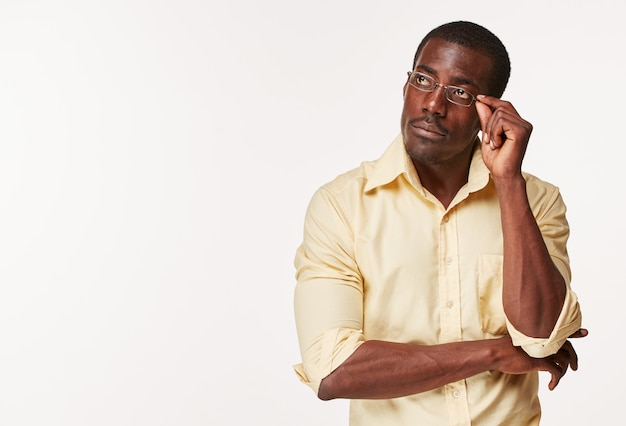 Jovem negro africano pensando