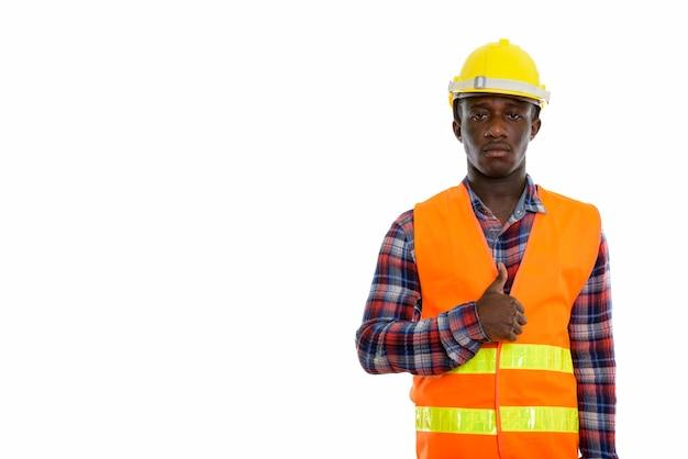 Jovem negro africano, trabalhador da construção civil, dando um like