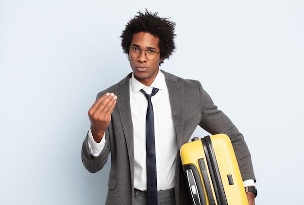 Jovem negro afro fazendo capice ou gesto de dinheiro, mandando você pagar suas dívidas!