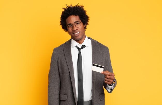 Jovem negro afro se sentindo perplexo e confuso, com uma expressão estúpida e atordoada olhando para algo inesperado
