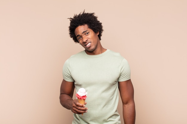 Jovem negro afro se sentindo perplexo e confuso, com uma expressão muda e atordoada olhando para algo inesperado