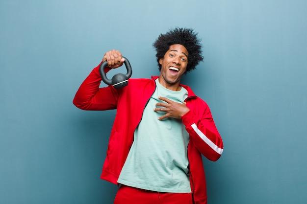 Jovem negro esportes homem com um haltere azul grunge w