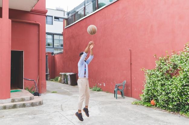 Jovem negro jogando basquete ao ar livre - estilo de vida ativo, competição, conceito de esporte