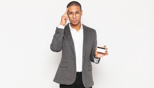 Jovem negro parecendo surpreso, boquiaberto, chocado, percebendo um novo pensamento, ideia ou conceito