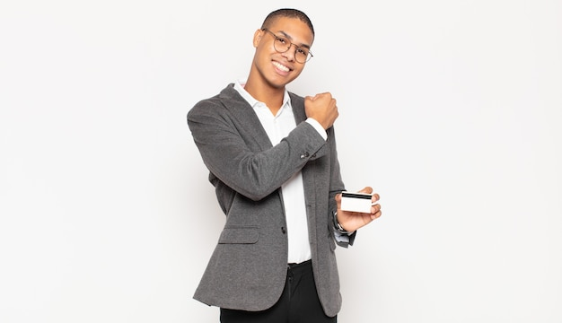 Jovem negro sentindo-se feliz, positivo e bem-sucedido, motivado para enfrentar um desafio ou comemorar bons resultados