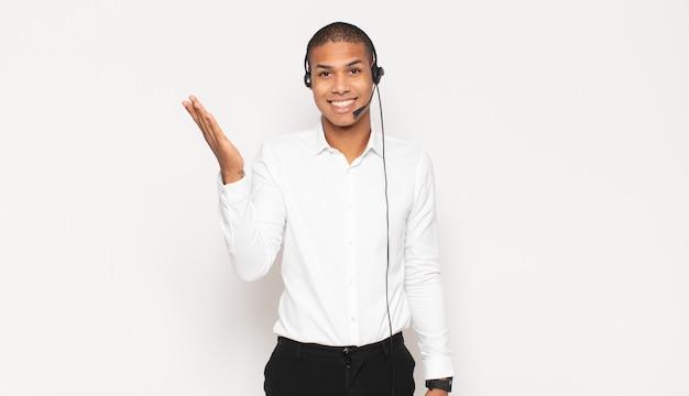 Jovem negro sentindo-se feliz, surpreso e alegre, sorrindo com atitude positiva, percebendo uma solução ou ideia