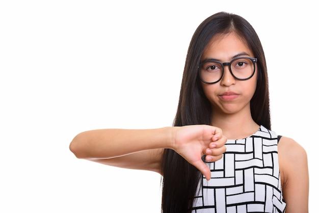 Jovem nerd adolescente asiática dando o polegar para baixo