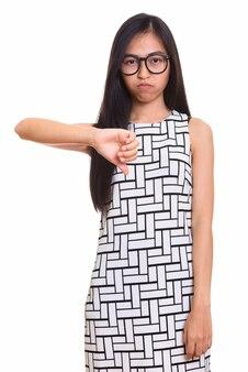 Jovem nerd adolescente asiática em pé e apontando para baixo