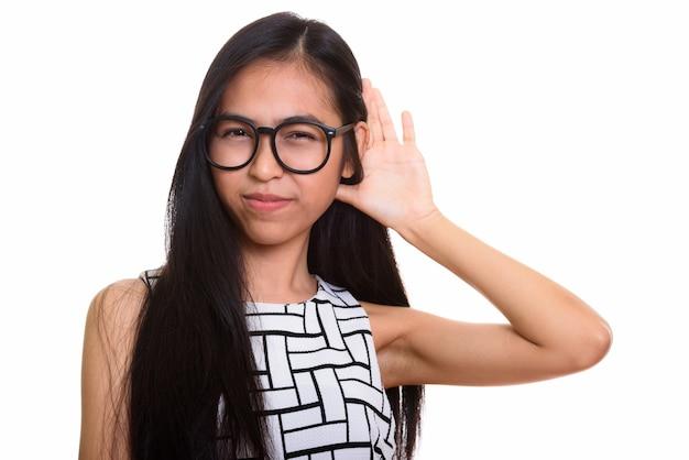 Jovem nerd adolescente asiática ouvindo com atenção