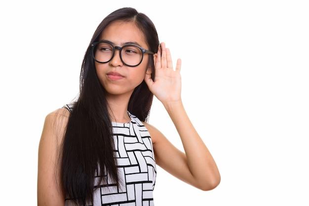 Jovem nerd adolescente asiática pensativa ouvindo