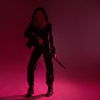 Jovem ninja futurista de estilo techno cyber punk com cabelo rosa