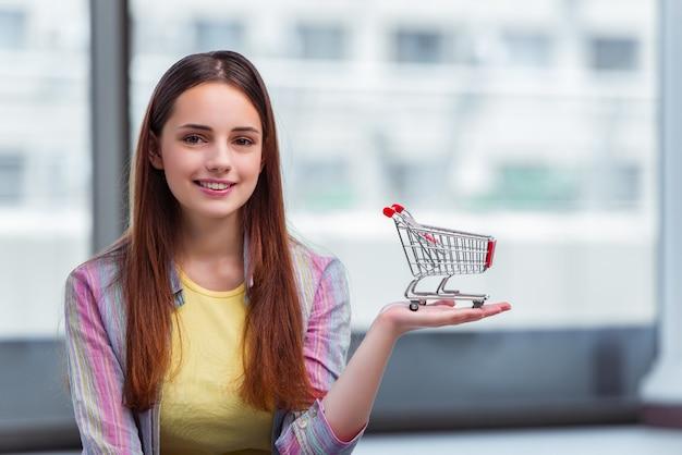 Jovem no conceito de compras on-line