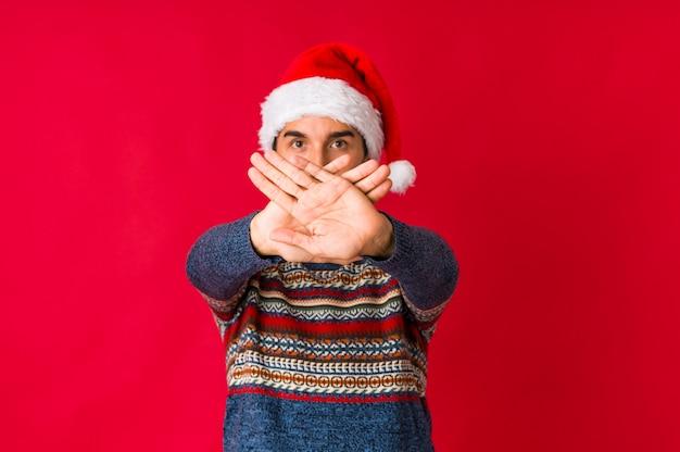 Jovem no dia de natal, sorrindo, mostrando alegre número cinco com os dedos.