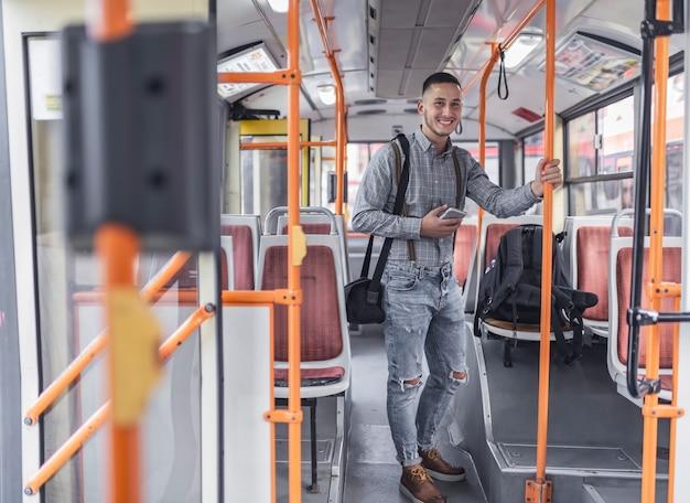 Jovem no ônibus