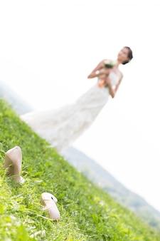 Jovem noiva andando no prado