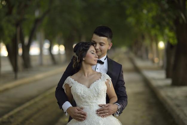 Jovem noiva e noivo ao ar livre