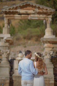 Jovem noiva e noivo em vestido de noiva e casamento causal