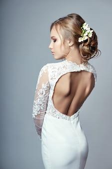 Jovem noiva em um vestido de noiva branco de luxo