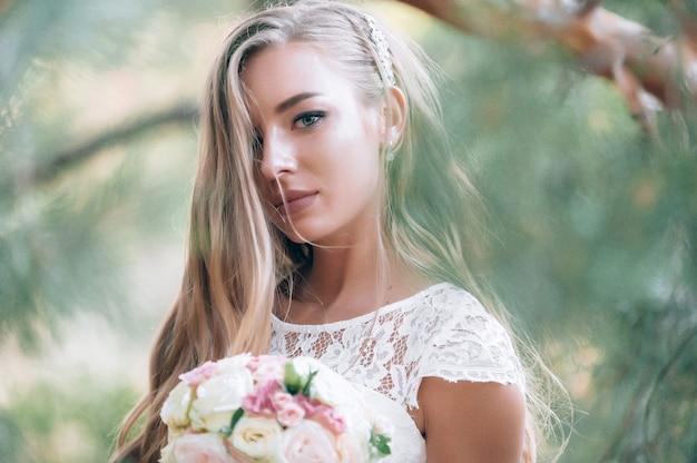 Jovem noiva encantadora no dia do casamento