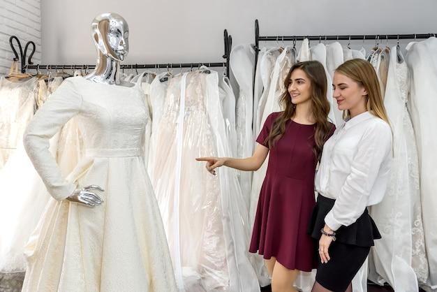 Jovem noiva escolhendo vestido para cerimônia de casamento