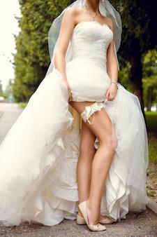 Jovem noiva sexy seduz suas pernas bem torneadas