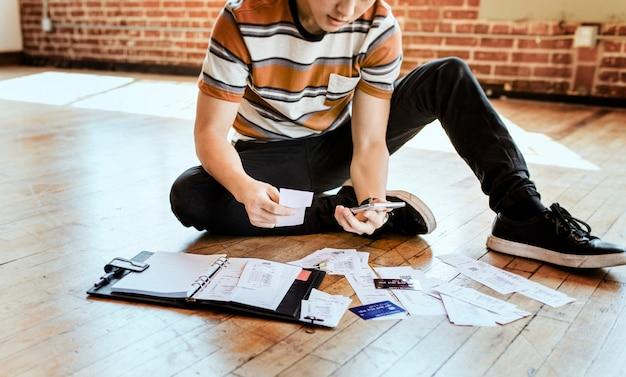 Jovem pagando contas online via internet banking