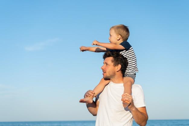 Jovem pai caucasiano com filho pequeno
