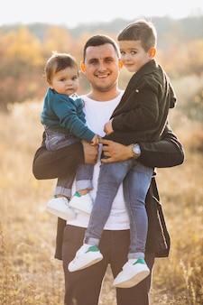 Jovem pai com filho pequeno junto no parque