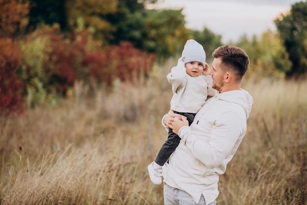 Jovem pai com filho pequeno no campo